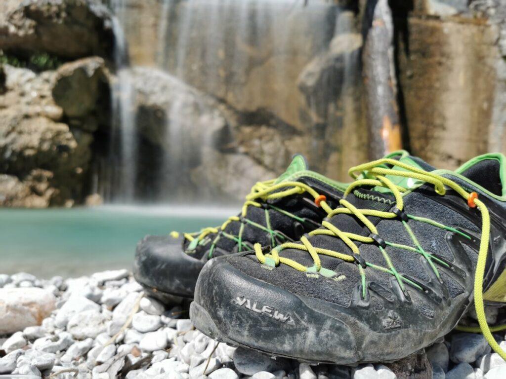 Wanderschuhe aus und die Füße ins Wasser halten