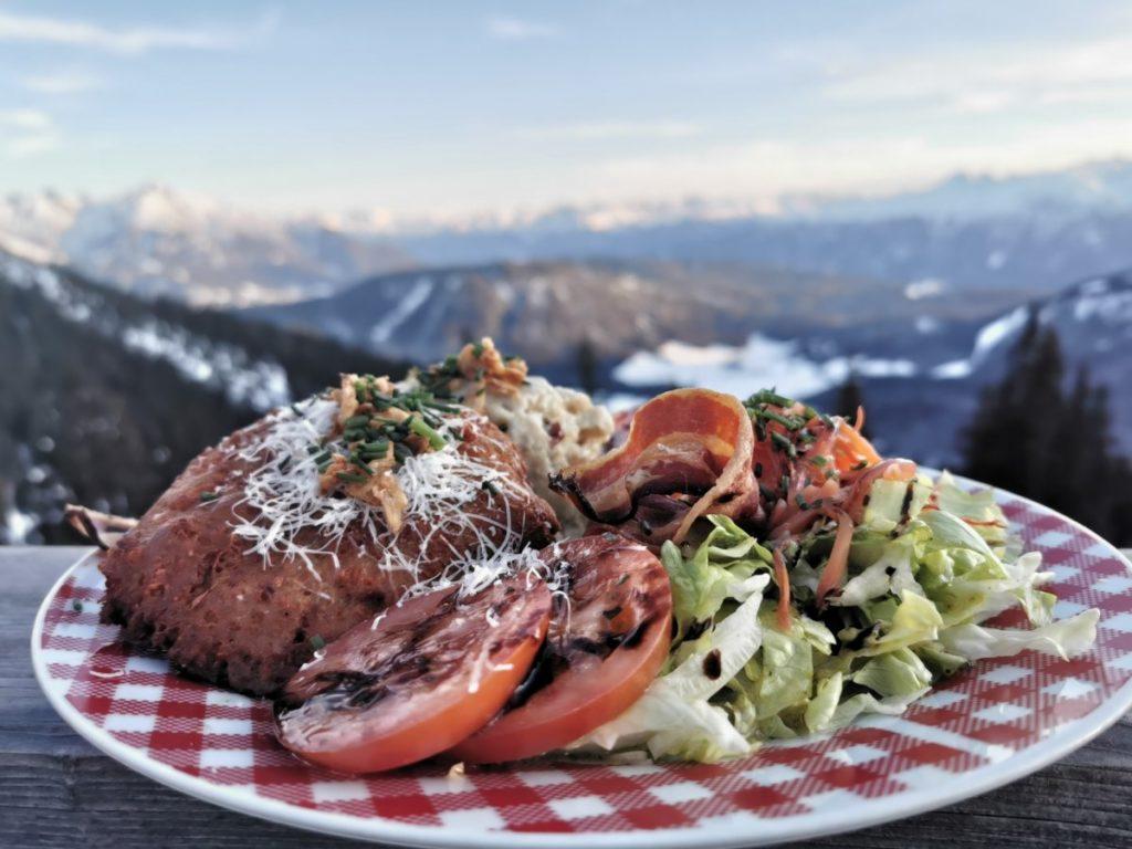 Genieße das gute Essen auf deiner Schneewanderung - oft mit Ausblick wie hier!