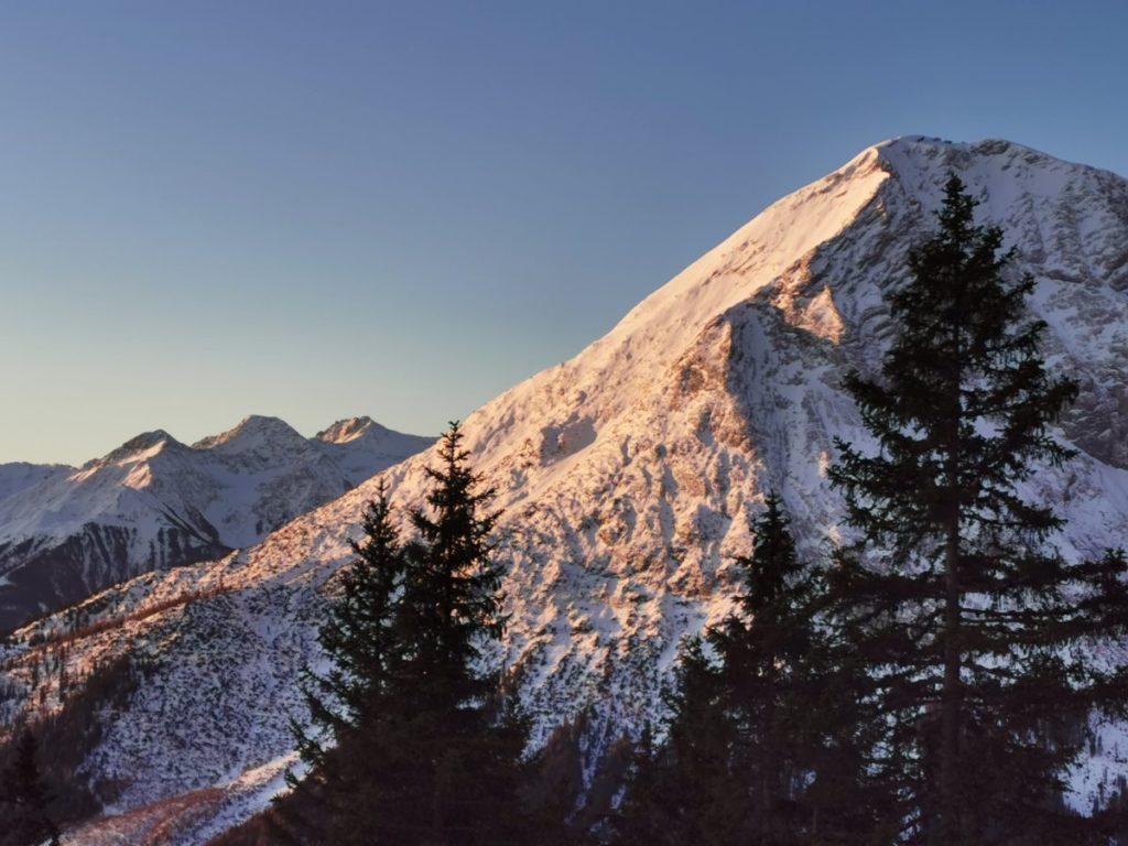 Schneewanderung Tirol - auf der Wettersteinhütte das letzte Sonnenlicht verfolgen!
