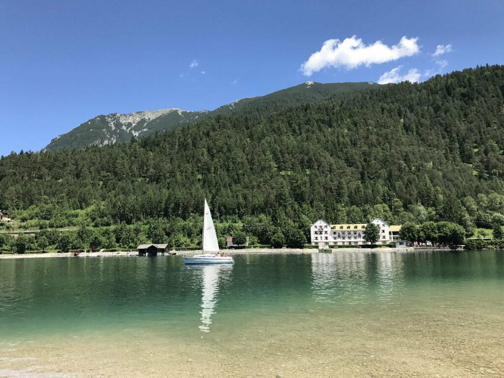 Der Achensee in Achenkirch mit dem ehemaligen Hotel Scholastika