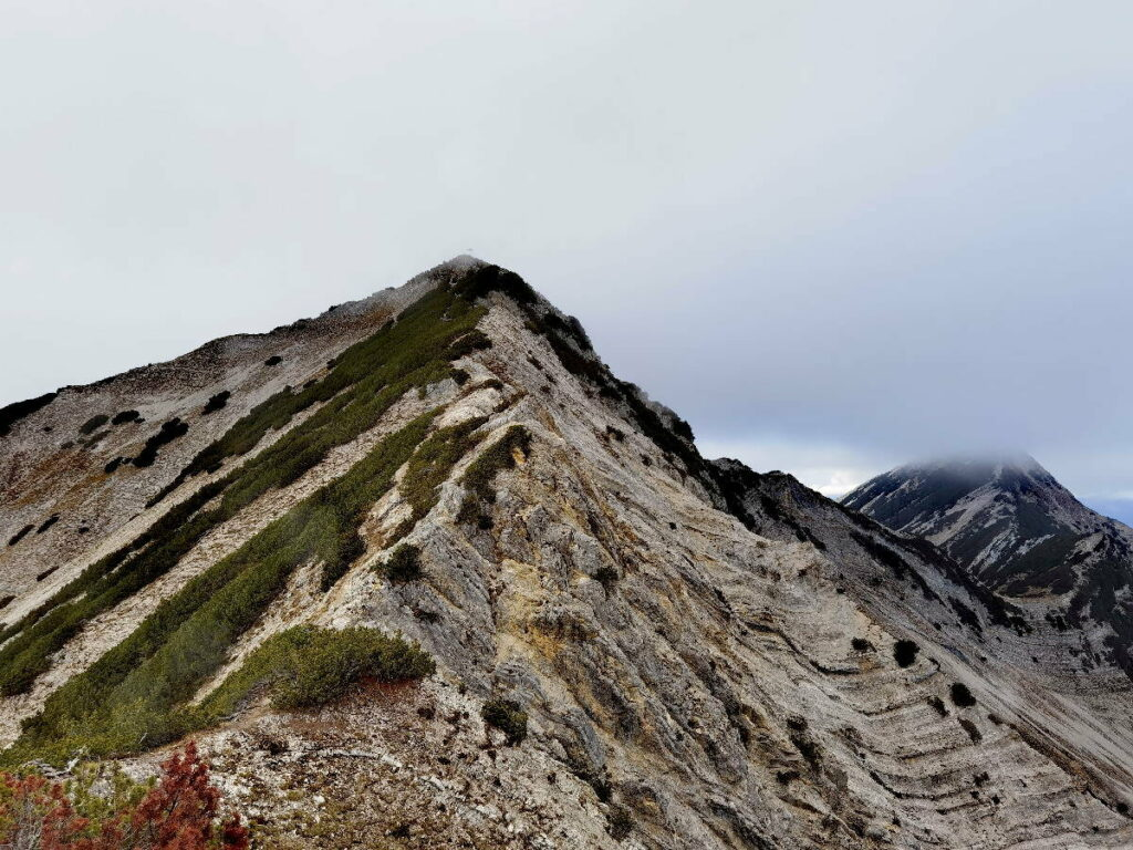 Der Seebergspitze Gipfel ist auf einmal im Nebel - kannst du das Kreuz erkennen?
