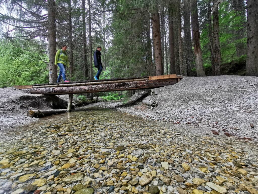 Den kleinen Bach mit dem kristallklaren Wasser queren wir Dank der Brücke