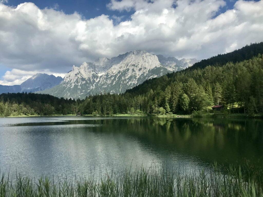 Besonders idyllische Seen in Deutschland - der Lautersee mit dem Karwendel