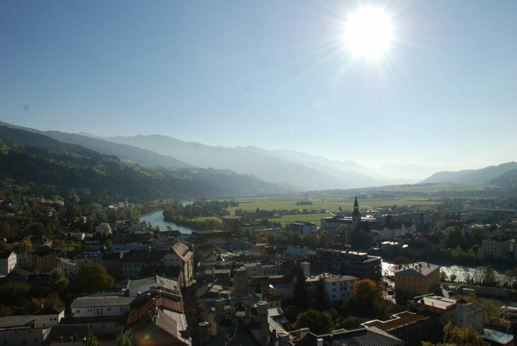 Der Blick über die Sehenswürdigkeiten Schwaz - mit dem Inntal, Richtung Innsbruck