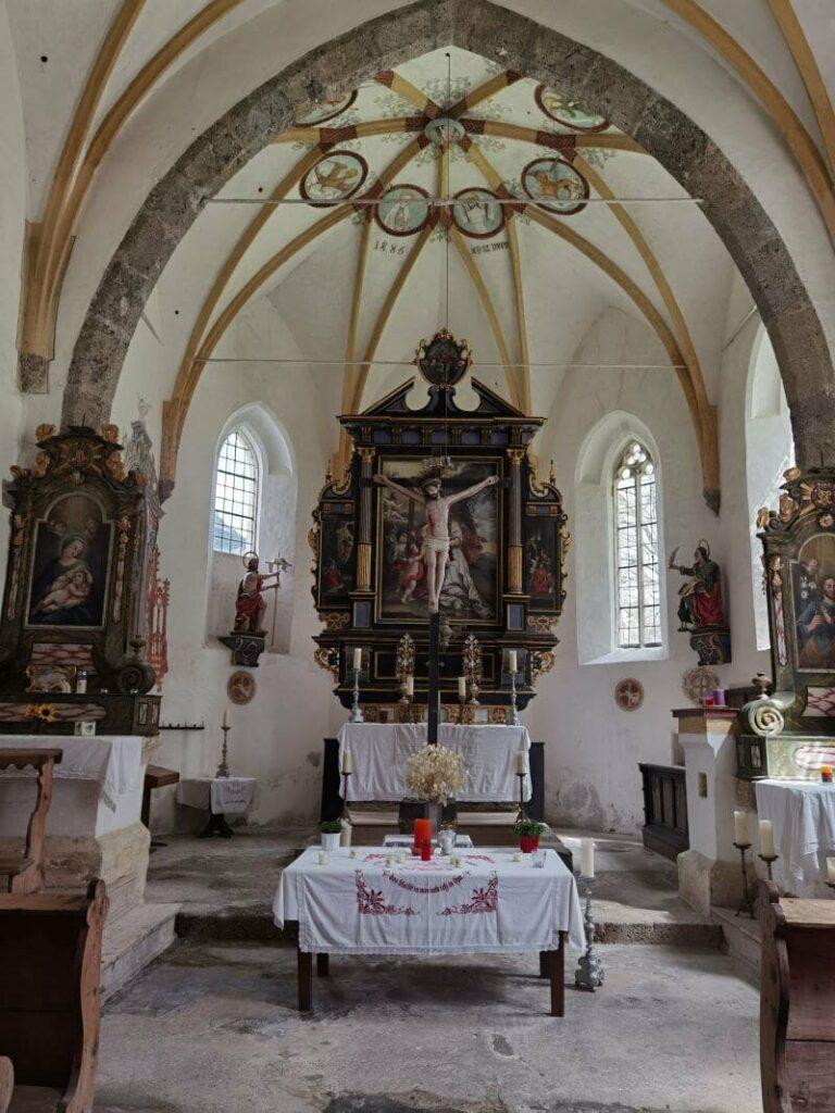 Der Blick in den Altarraum der Kirche St. Magdalena im Halltal