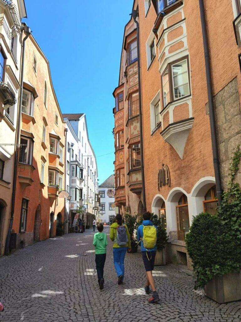 Auf eigene Faust durch diese romantischen Gassen: Stadtführung Hall in Tirol mit dem Rätselheft