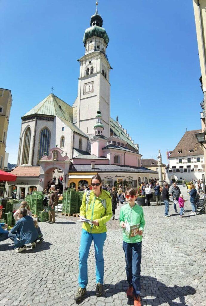 Am oberen Stadtplatz auf unserer Stadtrallye in Hall in Tirol