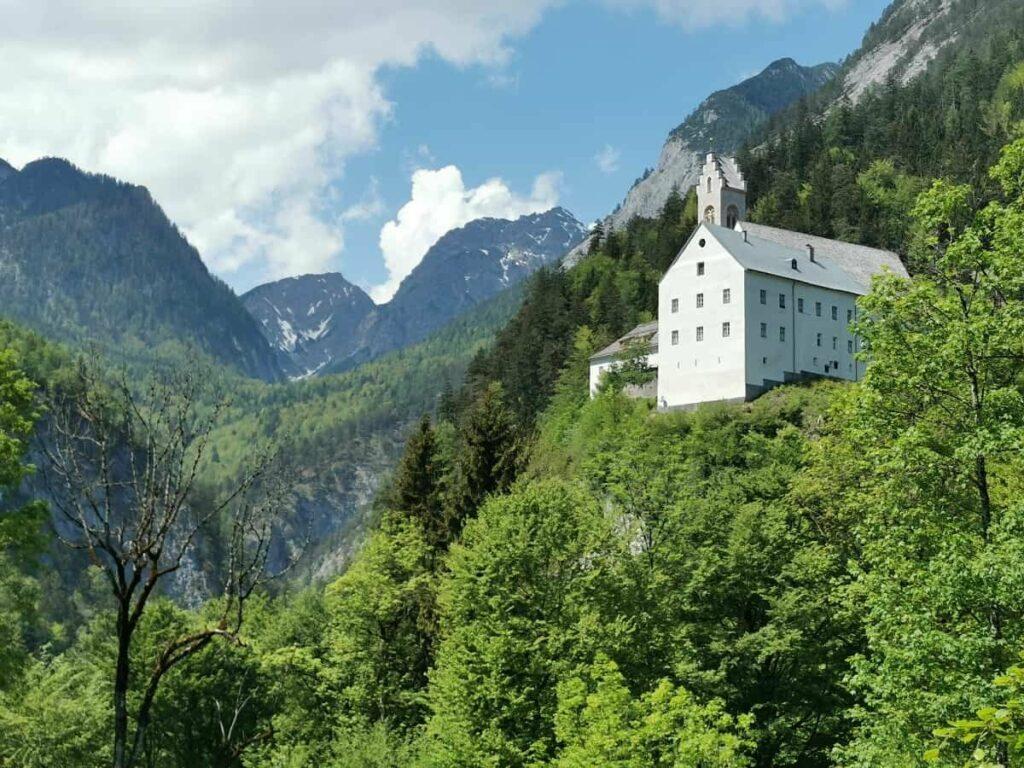 Stans Tirol Sehenswürdigkeiten: Das Kloster St. Georgenberg im Karwendel