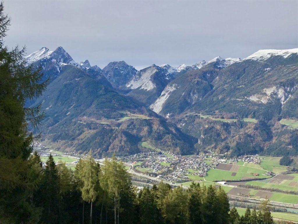 Das ist Stans Tirol mit dem Karwendelgebirge