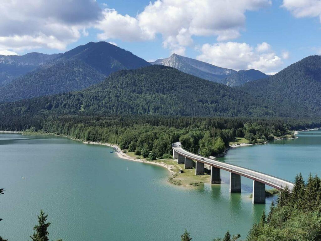 Stauseen Deutschland - aufgrund dieser Brücke sehr bekannt: Der Sylvensteinsee
