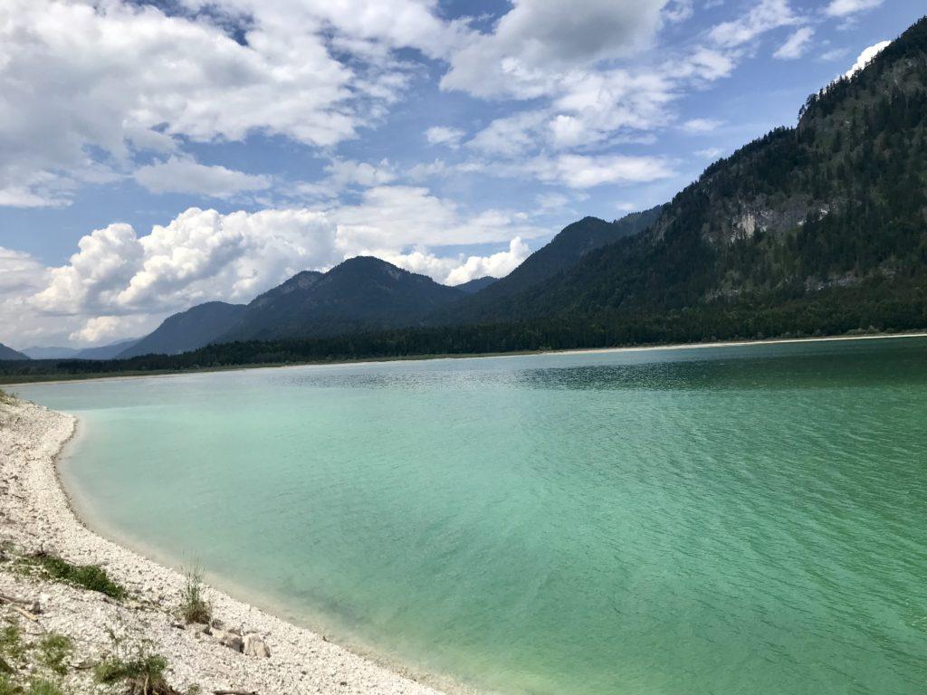 Der türkisgrüne Sylvensteinsee im Sommer - genieße den Sylvensteinspeicher