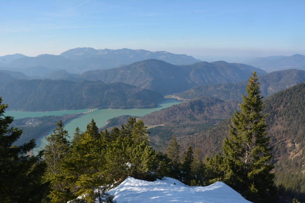 Der fjordartige Sylvensteinsee in Bayern - Blick vom Demeljoch auf den Sylvensteinspeicher