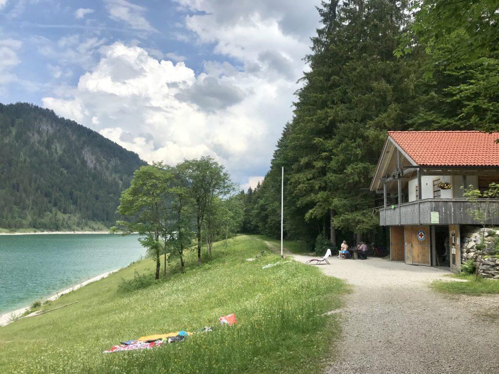 Sylvensteinsee baden - die Badewiese bei der Wasserwacht Hütte am See