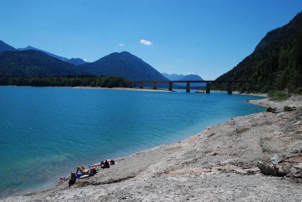 """Am Sylvensteinsee baden - bei der Brücke im """"blauen"""" Wasser"""