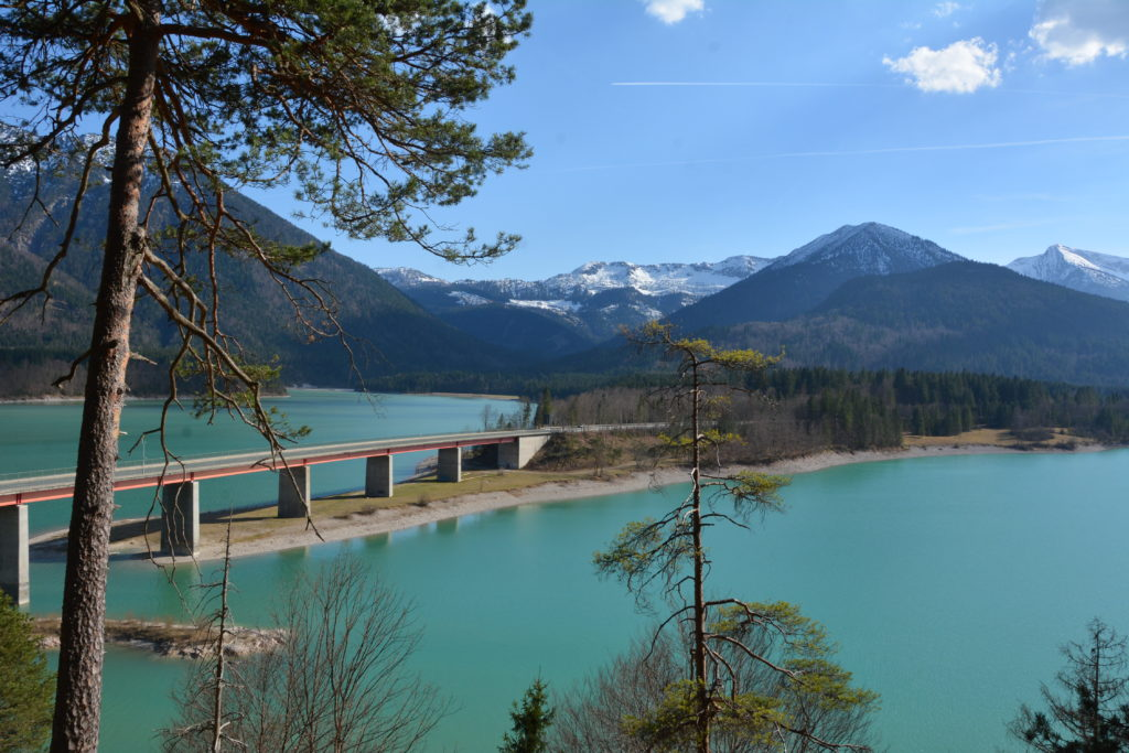 Die Sylvensteinspeicher Brücke mit dem Karwendel