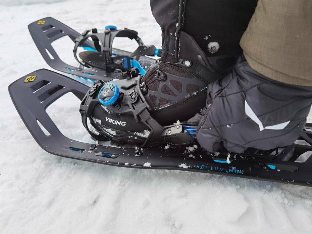 Schneeschuhe Test - Einsteigen geht ganz leicht, auch mit Handschuhen, Dank der BOA Bindung