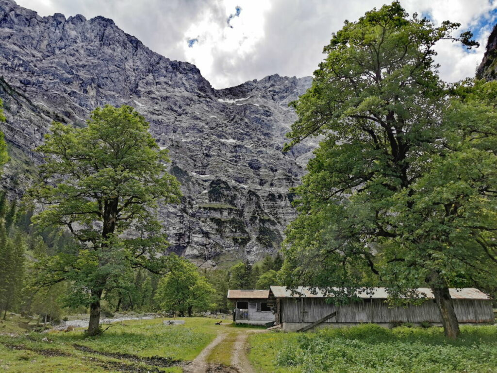 Vom Risstal durch das Tortal - hinter der Tortal Alm stehen die Felswände senkrecht!