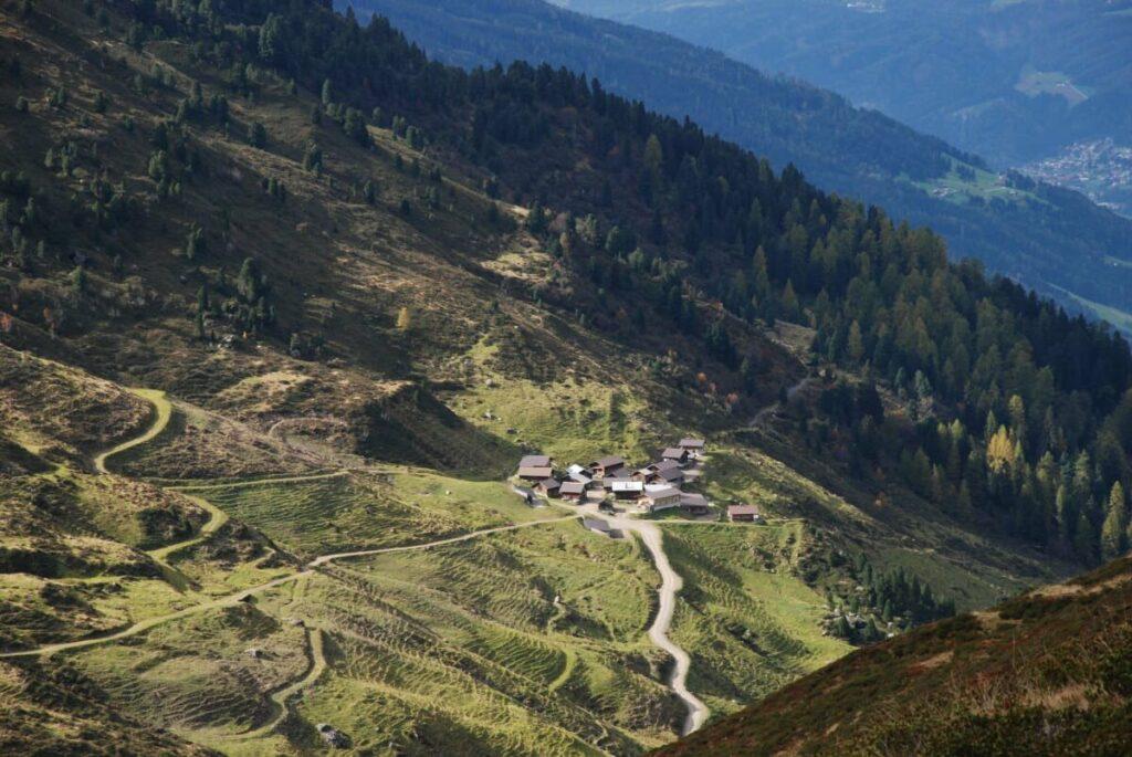 Aussicht bei der Wanderung auf eines der Almdörfer in den Tuxer Alpen