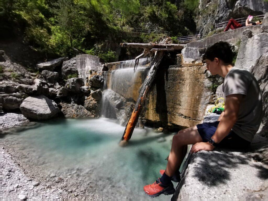 Du kannst oberhalb vom Wasser auf den Steinen sitzen