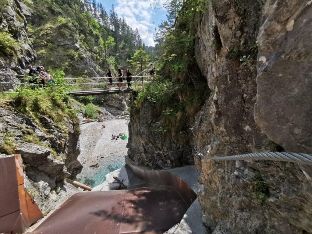 Der Blick vom Vomper Loch Klettersteig auf die Besucherbrücke beim Kraftwerk