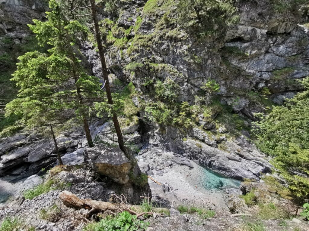 Ins Vomper Loch wandern und auf das Wasser in der Schlucht schauen