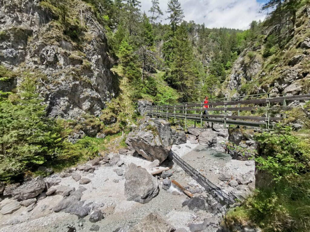 Wie eine Klammwanderung: Über die Brücken geht´s hinein ins Karwendel
