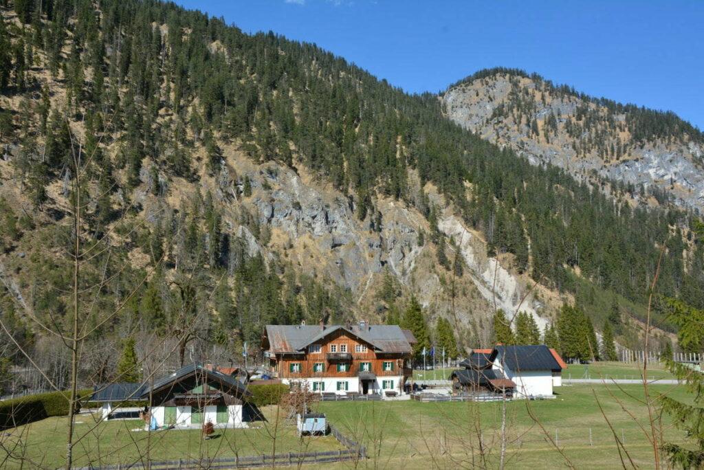 Wenig Häuser stehen in Vorderriss  - sie wirken fast verloren inmitten der Berge
