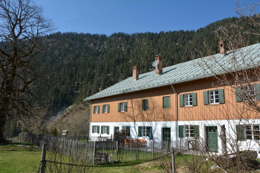 Eines der Häuser der Bundesforste in Vorderriss - hier wohnte die Familie von Ludwig Thoma, bevor sie nach München zog