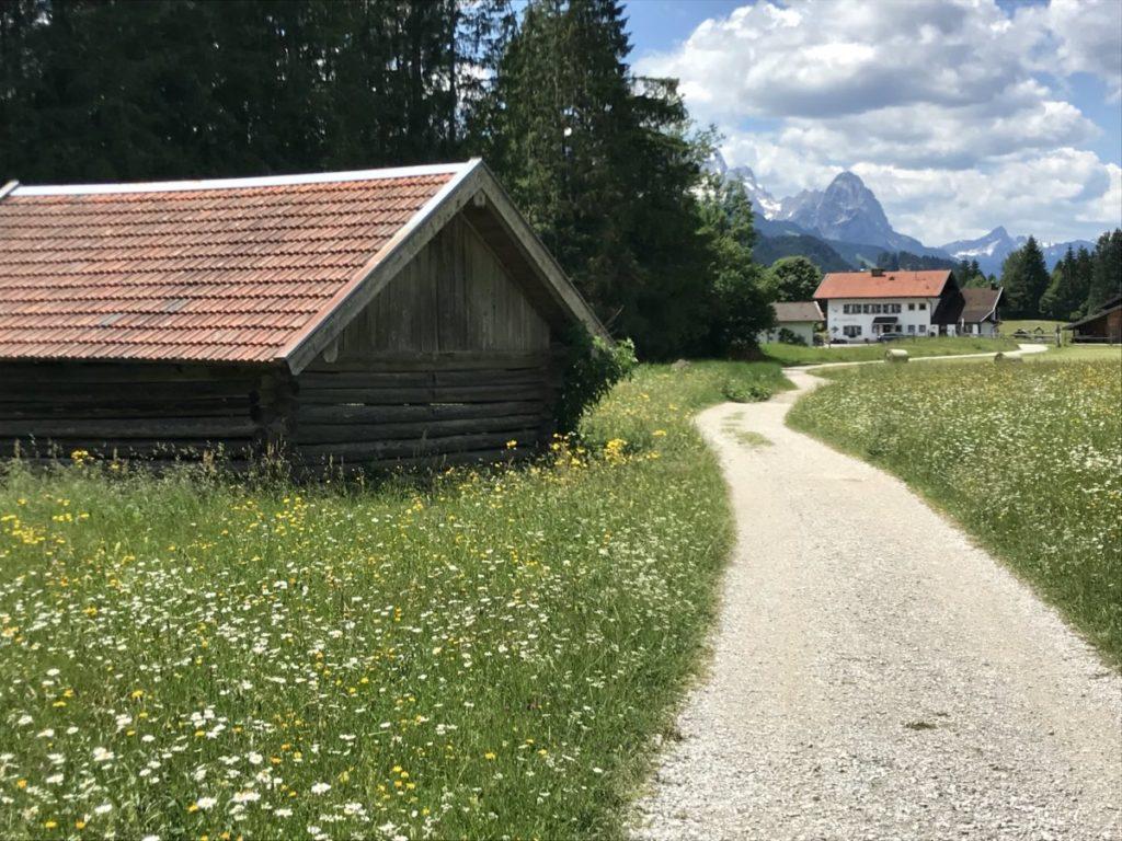Von Wallgau zum Geroldsee wandern - mit Blick auf die Zugspitze und das Wetterstein
