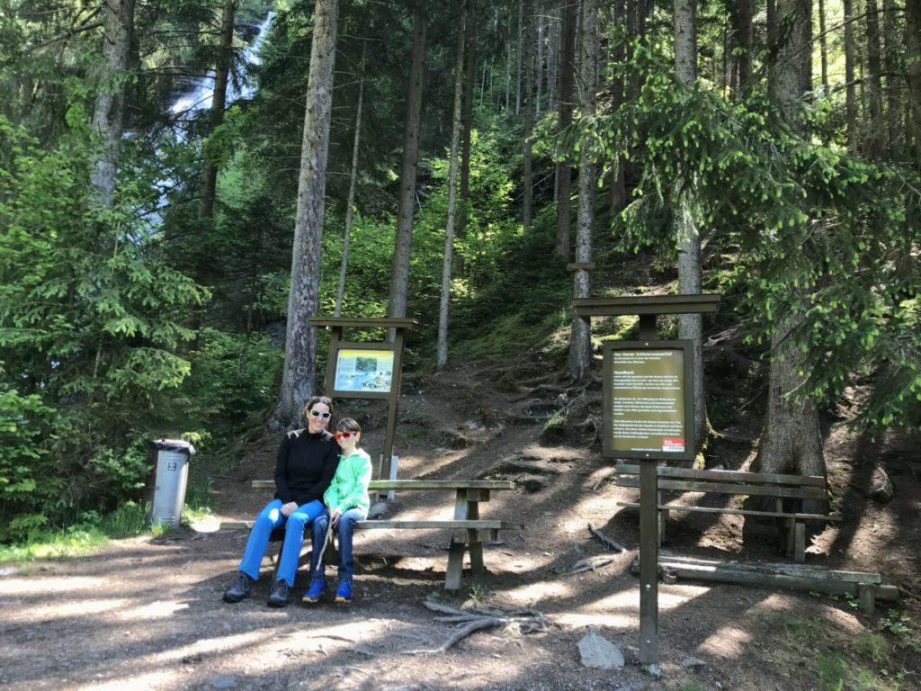 Die Bänke und Tische beim Wasserfall im schattigen Wald