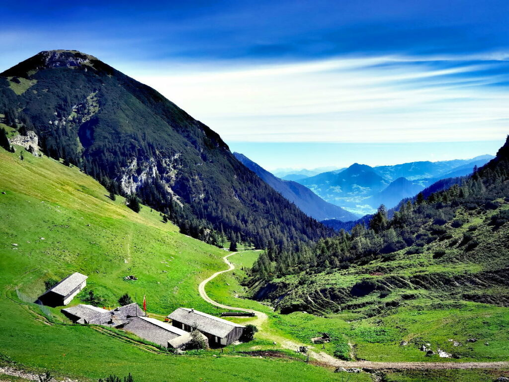 Bei der Weissenbachalm wandern, Ausblick ins Inntal