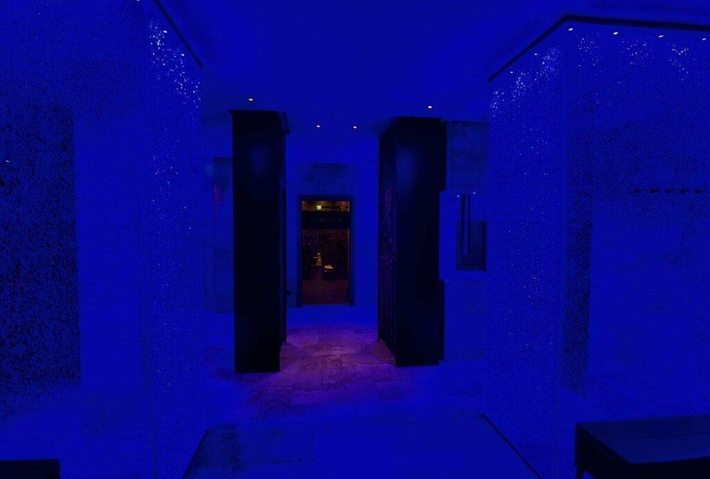 Wellnesshotel Seefeld mit magisch blauen Duschen - die musst du mal in echt sehen!