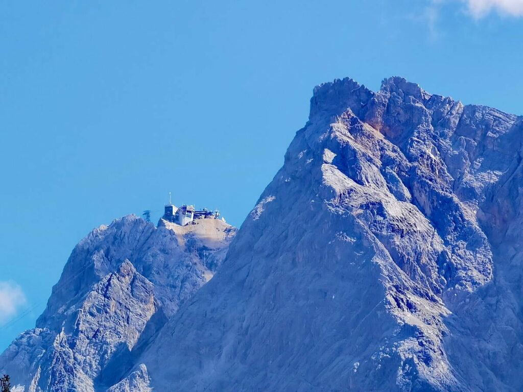 Markant und bekannt im Wettersteingebirge: Die Zugspitze mit der Bergstation