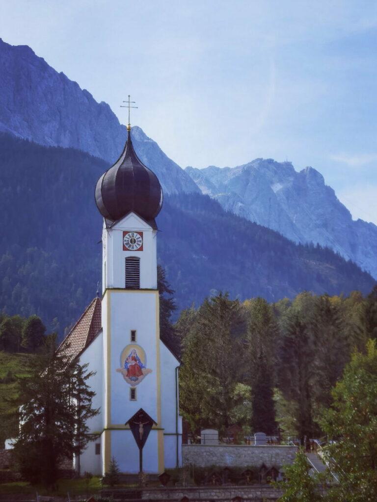"""Die Zugspitze im Wettersteingebirge vom """"Zugspitzdorf"""" Grainau aus gesehen"""