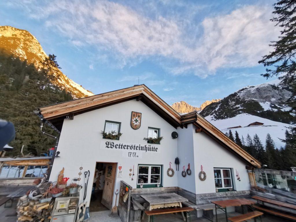 Die Wettersteinhütte mit der Sonne im Wettersteingebirge