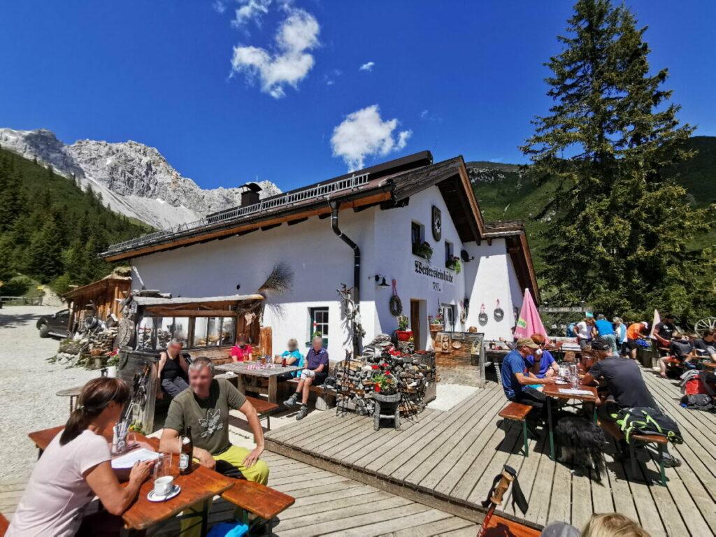 Die einmalige Wettersteinhütte im Sommer mit der tollen Terrasse