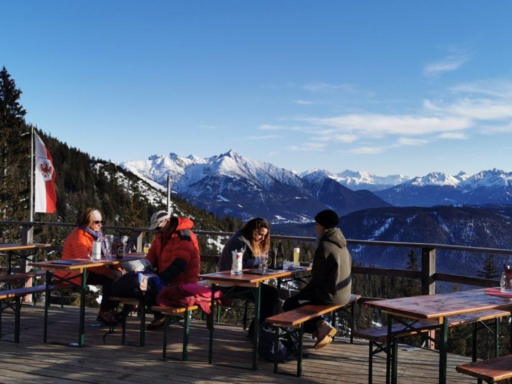Sonnige Terrasse mit Blick auf das Karwendel