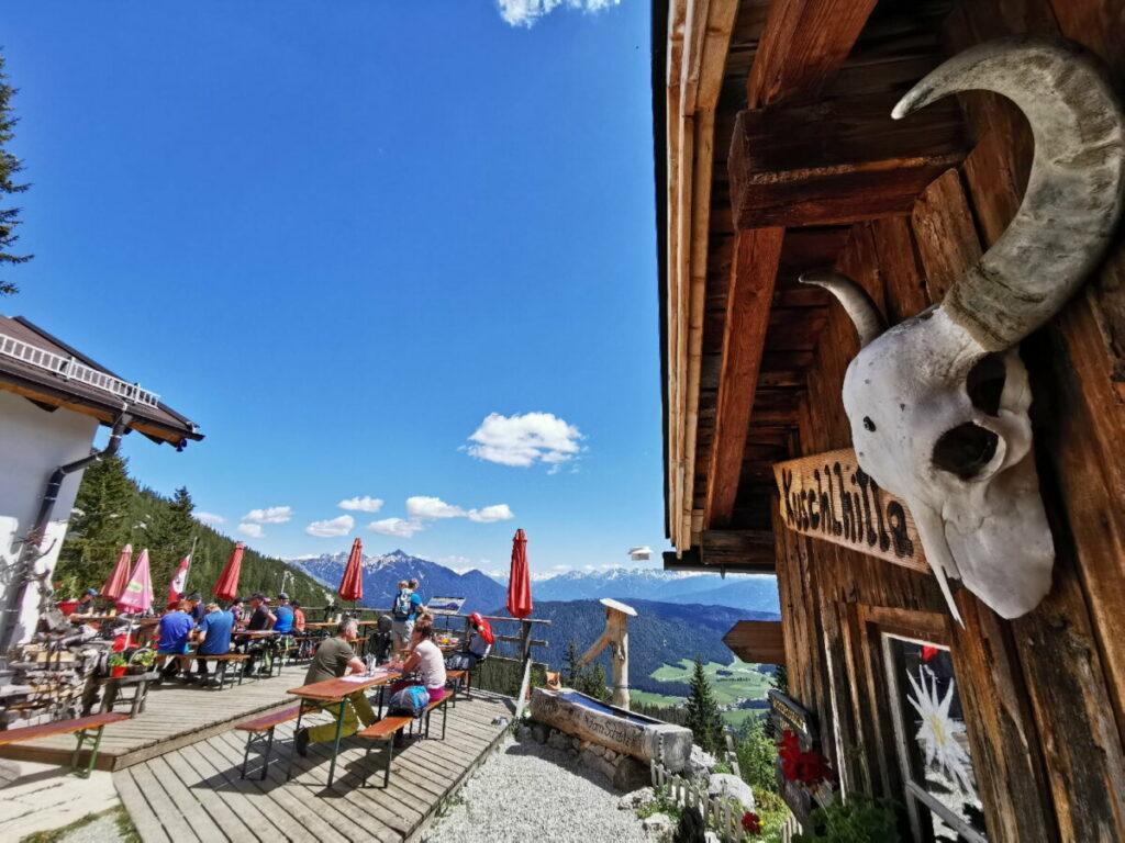 Das ist die Wettersteinhütte samt sonniger Terrasse