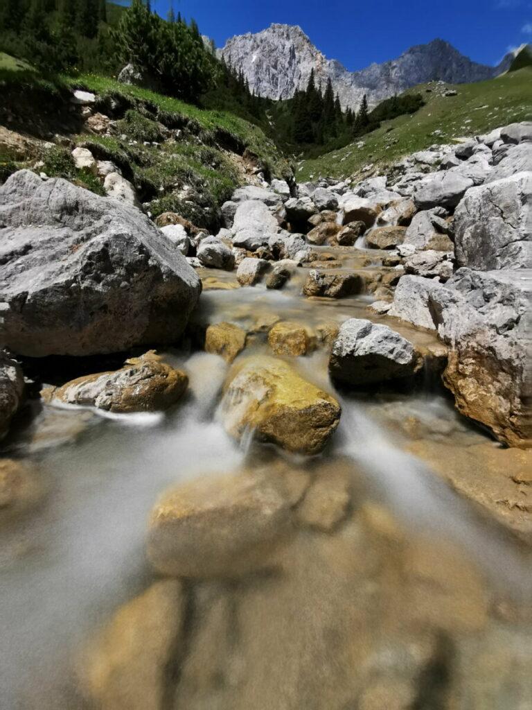 Hinter der Wettersteinhütte fließt dieser Bach - ein Abenteuerspielplatz