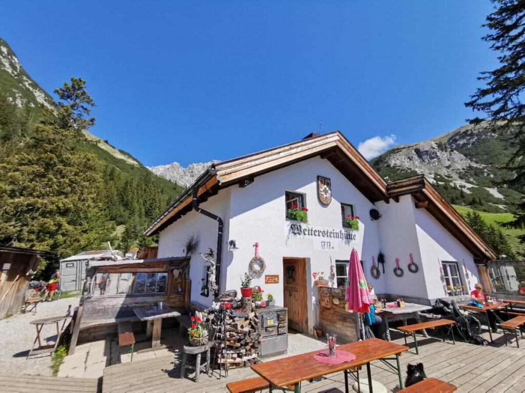 Wettersteinhütte wandern - so schön liegt die Hütte im Wettersteingebirge!