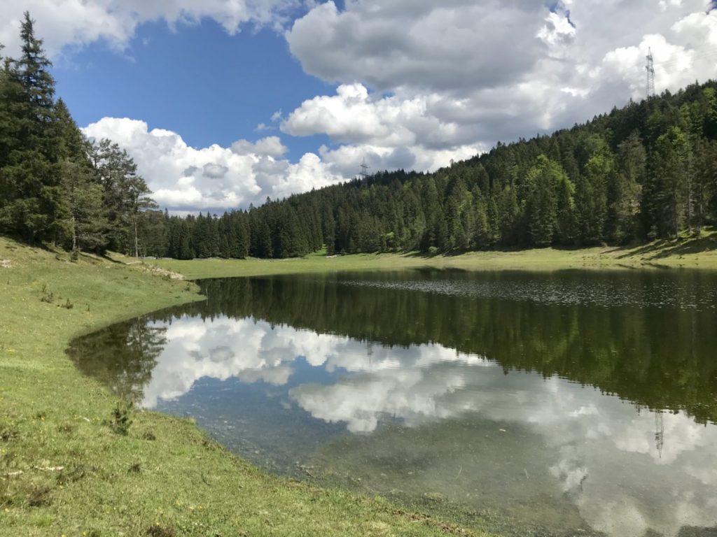 Manchmal läuft die Wiese voll und bildet diesen See in Tirol