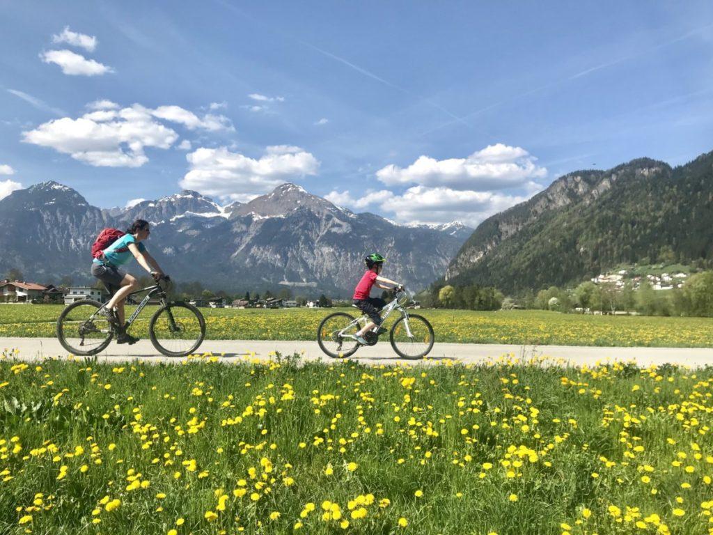 Komm am besten mit dem Fahrrad über den Zillertal Radweg zum See!