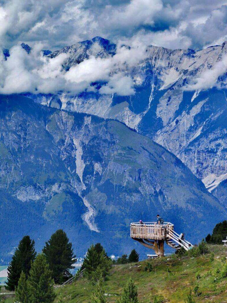 Der Aussichtsturm zwischen Zirbenweg und Zirbensee - hier erkennst du die wahre Größe des Karwendel