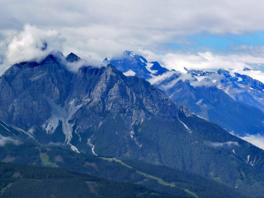 Ausblick vom Zirbenweg Innsbruck am Patscherkofel zur Serles und den Stubaier Gipfeln
