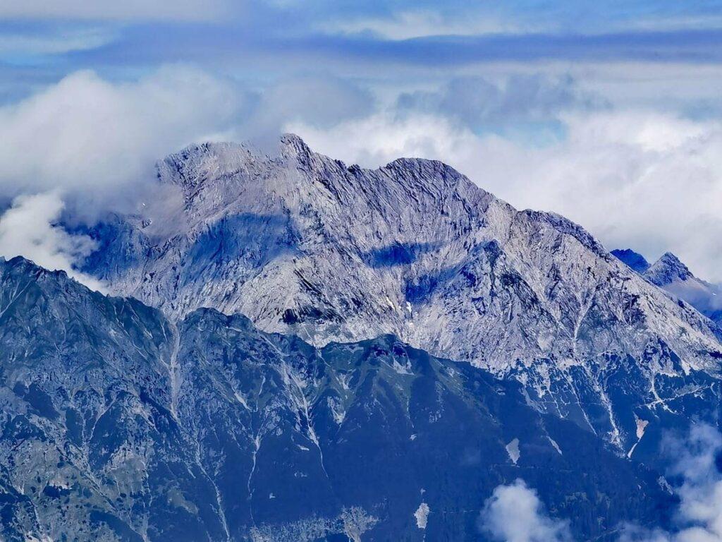 Ausblick vom Zirbenweg auf die schroffen Spitzen des Karwendel