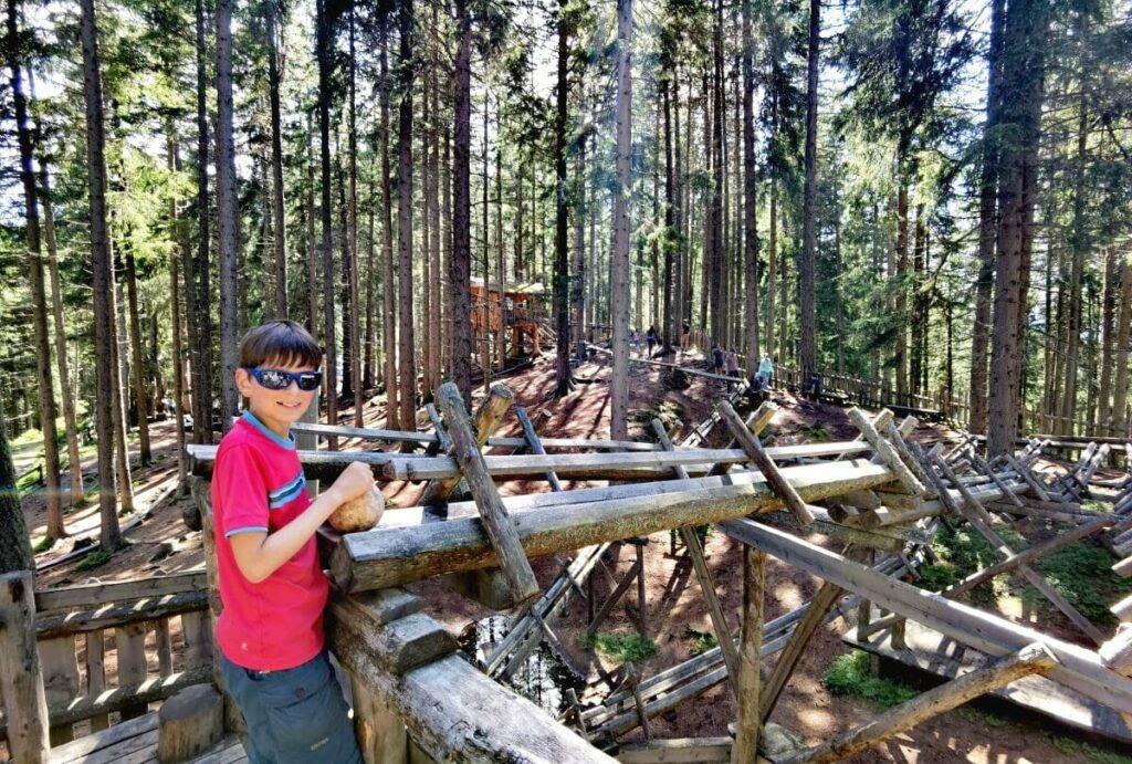 Nach der Zirbenweg Wanderung in den einzigartigen Kugelwald Spielplatz mit der größten Holzkugelbahn der Alpen