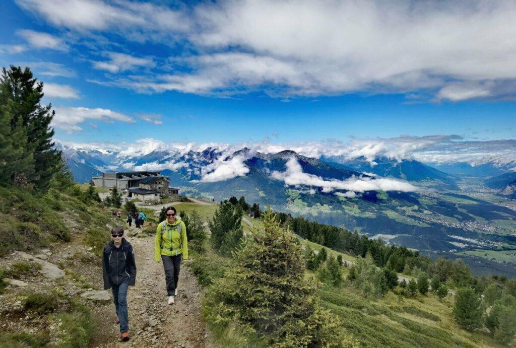 Zirbenweg Wanderung - vom Patscherkofel in Richtung Glungezer mit diesem traumhaften Ausblick