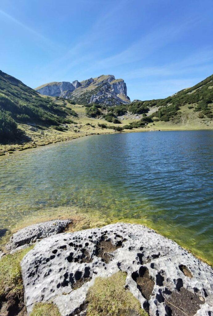 Der Zireiner See ist ein glasklarer Bergsee im Rofan - hinten im Bild der Sagzahn und das Vordere Sonnwendjoch
