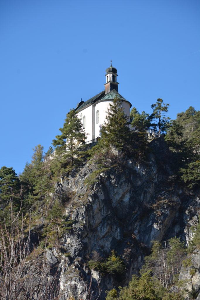 Das ist der Kalvarienberg von unten gesehen