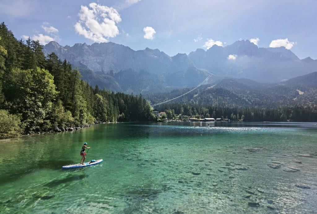Bekannter See in Deutschland am Fuße der Zugspitze - der Eibsee
